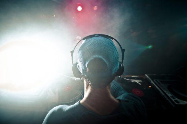 Lei en egen DJ